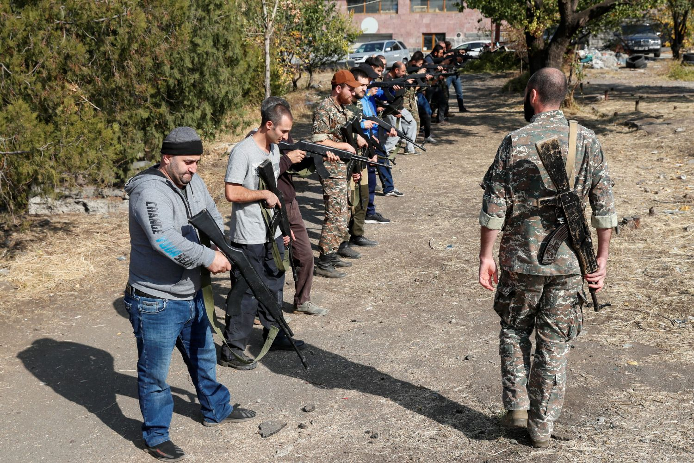 Jermenski dobrovoljci tokom vojne obuke za rat u Nagorno-Karabahu, Jerevan, 27. oktobar 2020. (Foto: Reuters/Gleb Garanich)