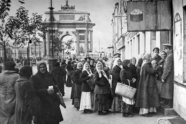 Ljudi čekaju u redu za hranu u Moskvi, oktobar 1917. (Foto: Russian State Documentary Film and Photo Archive via AP Photo)