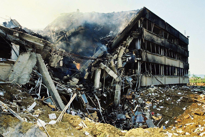 Погођена зграда РТВ Војводине у Новом Саду током НАТО агресије 1999. (Фото: Танјуг/Јарослав Пап)
