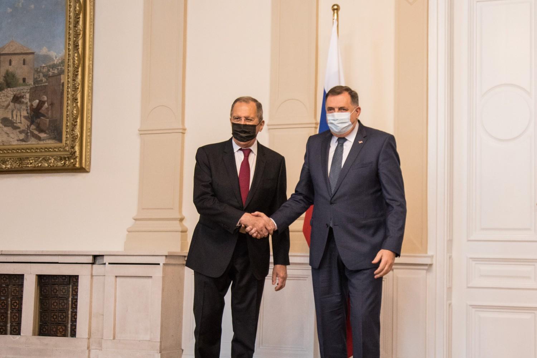 Predsedavajući Predsjedništva BiH Milorad Dodik tokom rukovanja sa ministrom spoljnih poslova Rusije Sergejem Lavrovim, Sarajevo, 15. decembar 2020. (Foto: predsjednistvobih.ba)