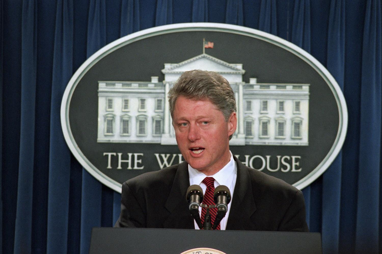 Američki predsednik Bil Klinton tokom konferencije za medije u sali za sastanke u Beloj kući, Vašington, 19. april 1995. (Foto: Marcy Nighswander/AP Photo)