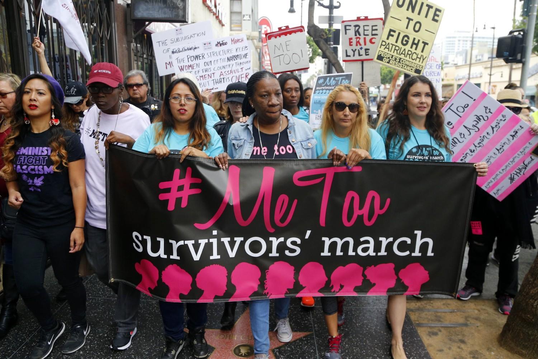 Feministički demonstranti tokom #MeToo marša protiv seksualnog nasilja i uznemiravanja u holivudskom delu Los Anđelesa, 12. novembar 2017. (Foto: AP Photo/Damian Dovarganes)