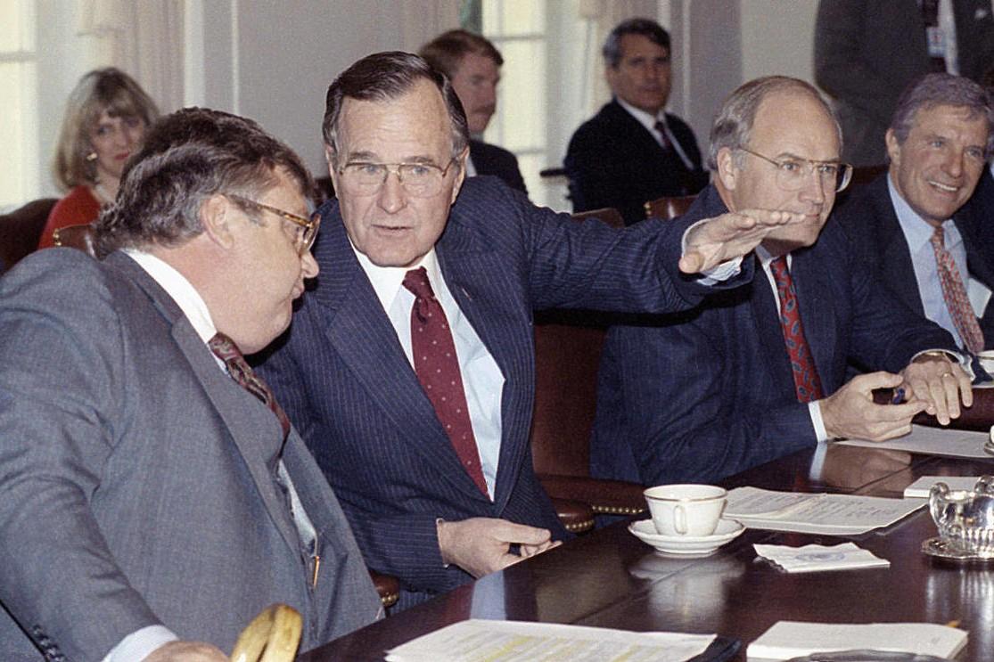 Predsednik Sjedinjenih Država Džordž Buš stariji tokom razgovora sa zamenikom državnog sekretara Lorensom Iglbergerom na početku sednice vlade u Beloj kući, Vašington, 13. novembar 1990. (Foto: AP Photo/Marcy Nighswander)
