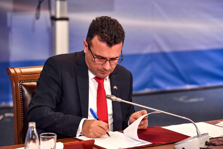 Premijer Severne Makedonije Zoran Zaev tokom potpisivanja dokumenata na Samitu Berlinskog procesa u Sofiji, 10. novembar 2020. (Foto: Flickr/Vlada na Republika Severna Makedonija)