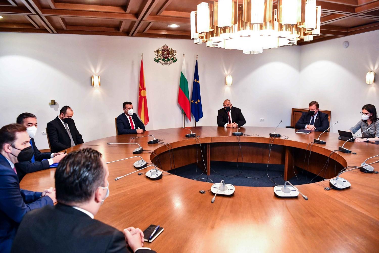 Premijer Severne Makedonije Zoran Zaev i bugarski premijer Bojko Borisov sa svojim saradnicima tokom Samita Berlinskog procesa u Sofiji, 10. novembar 2020. (Foto: Flickr/Vlada na Republika Severna Makedonija)