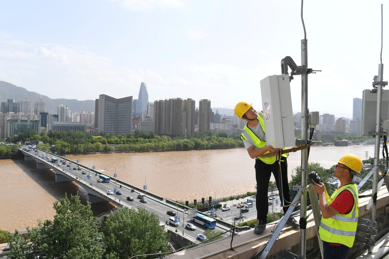 Tehničari China Telecom-a tokom testiranja opreme na baznoj stanici 5G mreže u Landžoou (Gansu), 16. maj 2019. (Foto: China Stringer Network/Reuters)