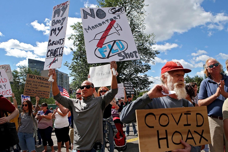Protest protivnika vakcinacije protiv koronavirusa, Boston, 30. avgust 2020. (Foto: Nancy Lane/Boston Herald via AP Photo)