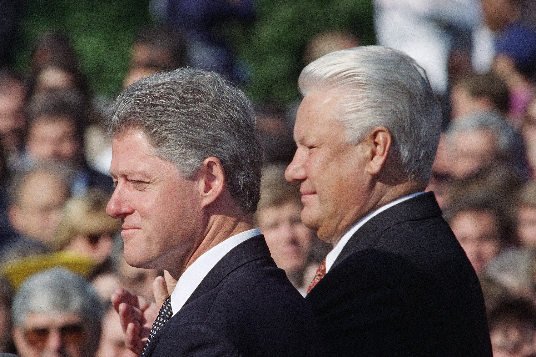 Američki predsednik Bil Klinton i ruski predsednik Boris Jeljcin tokom susreta ispred Bele kuće, Vašington, 27. septembar 1994. (Foto: AP Photo/Joe Marquette)