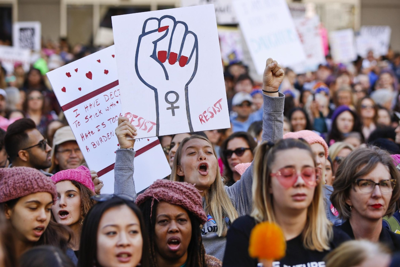 Demonstranti sa transparentima uperenim ka osnaživanju ženskog otpora tokom Ženskog marša, Los Anđeles, 19. januar 2019. (Foto: AP Photo/Damian Dovarganes)