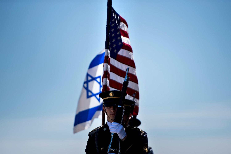 Pripadnici američke vojske sa zastavama Izreala i Sjedinjenih Država uoči posete izrealskog ministra odbrane Avigdora Libermana Pentagonu, Vašington, 26. april 2018. (Foto: Brendan Smialowski/AFP/Getty Images)