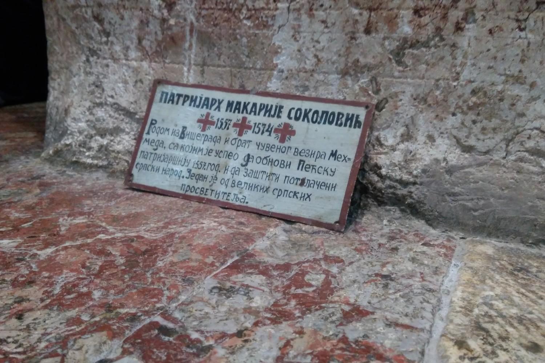 Nadgrobna ploča patrijarha Makarija Sokolovića u Pećkoj patrijaršiji (Foto: Radomir Jovanović/Novi Standard)