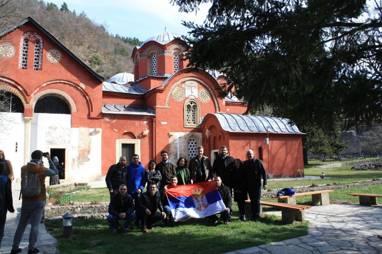 Studenti tokom zajedničkog fotografisanja za zastavom Srbije ispred Pećke patrijaršije prilikom posete Kosovu i Metohiji, 29. mart 2019. (Foto: Katarina Steljić/Novi Standard)