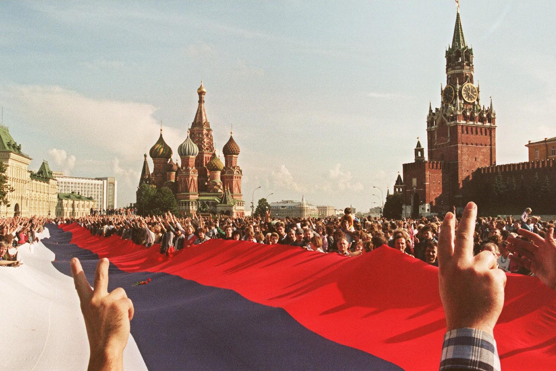 Građani Moskve sa ogromnom ruskom zastavom slave neuspeh puča komunističkih tvrdolinijaša na Crvenom trgu u Mosvki, 22. avgust 1991. (Foto: Anatoly Sapronyenko/AFP Photo)