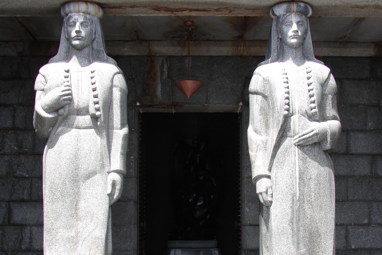 Karijatide na ulazu u mauzolej Petra II Petrovića Njegoša na Lovćenu (Foto: Wikimedia/Norbert Utz)
