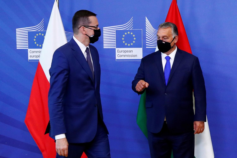 Premijer Poljske Mateuš Moravjecki i premijer Mađarske Viktor Orban tokom pozdravljanja u sedištu Evropske komisije u Briselu, 24. septembar 2020. (Foto: Reuters/Francois Lenoir)