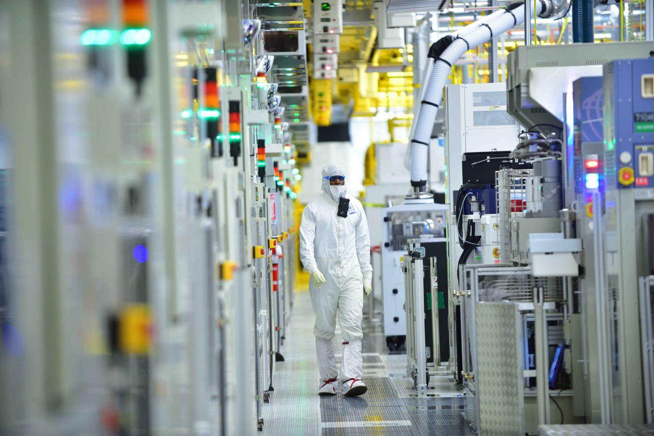 """Zaposleni tokom radnog vremena u postrojenju za proizvodnju mikro procesora u gradu Hilsboro (Oregon) u kompaniji """"Intel"""" (Foto: Walden Kirsch/Intel Corporation)"""