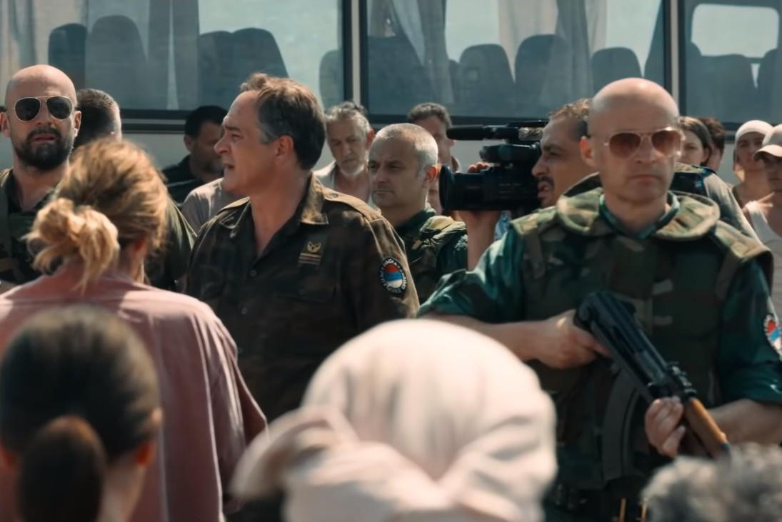 Scena u kojoj vojnici VRS organizuju evakuaciju žena i dece iz Srebrenice (Foto: Snimak ekrana/Deblokada Sarajevo)