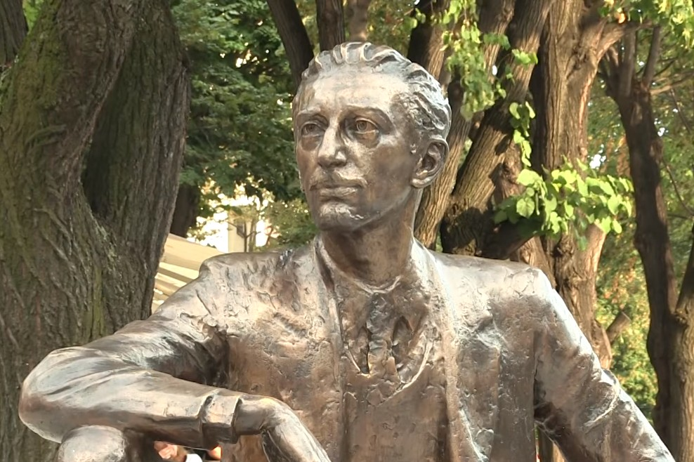Statua Borislava Pekića na Cvetnom trgu u Beogradu (Foto: Snimak ekrana/Brainz TV)
