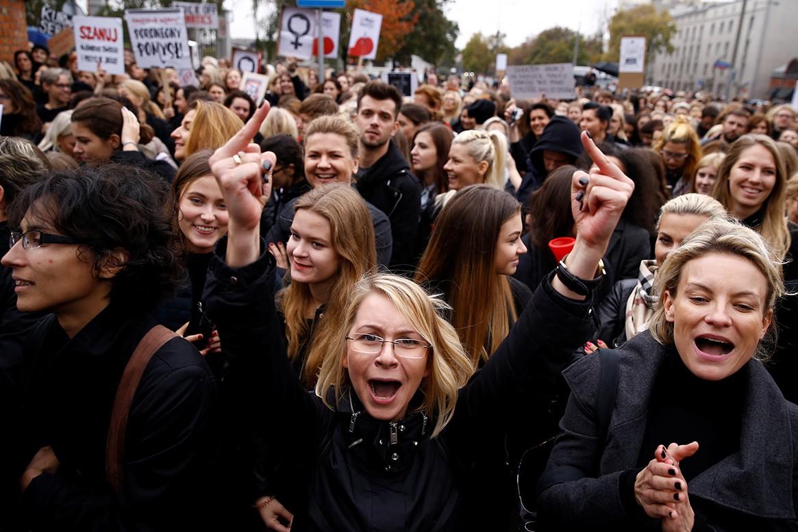 Žena gestikulira tokom demonstracija zagovornika prava na abortus ispred sedišta stranke Pravo i pravda u Varšavi (Foto: Reuters/Kacper Pempel)