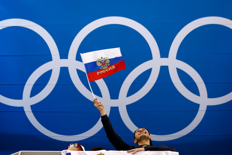 Navijač maše zastavom Rusije uoči četvrtifinalne utakmice između Norveške i Rusije u hokeju na ledu na Zimskim olimpijskim igrama u Kangungu (Južna Koreja), 21. februar 2018. (Foto: AP Photo/Jae C. Hong)