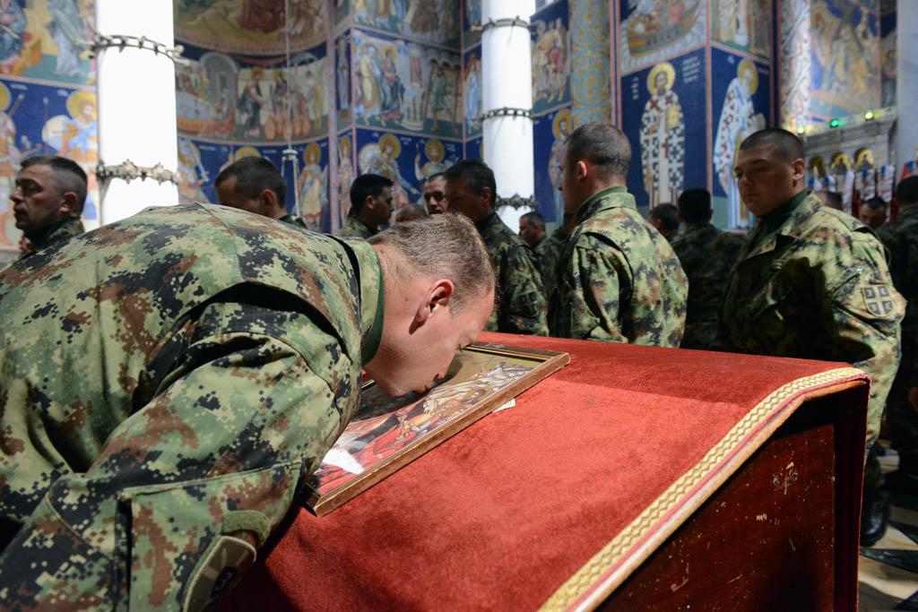 Pripadnik Vojske Srbije celiva ikonu u crkvi Svetog Georgija na Oplencu, 22. april 2015. (Foto: spc.rs/Vojska Srbije/D. Banda)