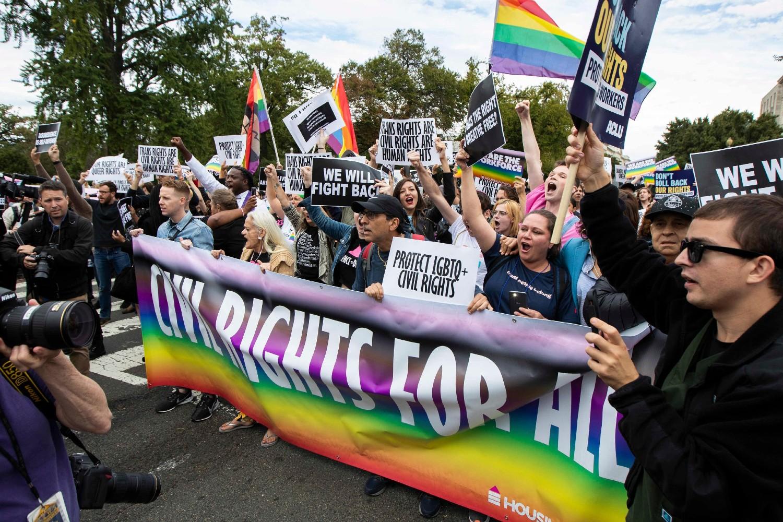 Pripadnici i podržavaoci LGBT pokreta tokom protesta ispred Vrhovnog suda u Vašingtonu, 08. oktobar 2019. (Foto: Manuel Balce Ceneta/AP Photo)