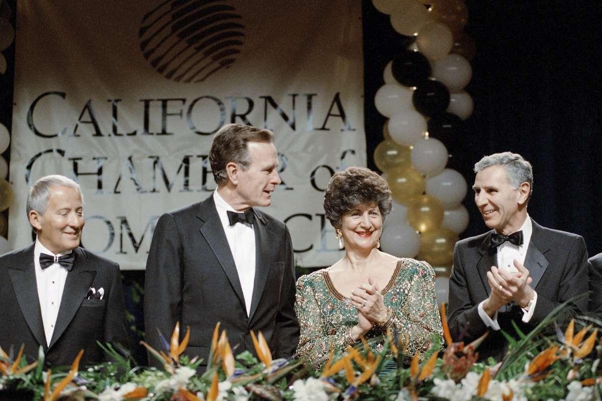 Predsednik Džordž Buš stariji dobija aplauz od guvernera Kalifornije Džordža Djukmedžijana i njegove supruge Glorije tokom svečane večere kalifornijske Privredne komore, Los Anđeles, 01. mart 1990. (Foto: Barry Thumma/AP Photo)