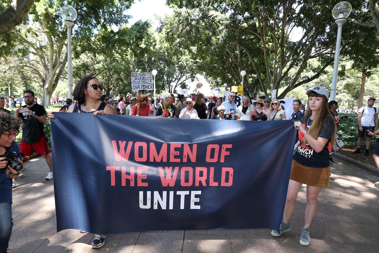 """Feminstikinje sa transparentom na kome piše """"Žene čitavog sveta, ujedinite se"""" tokom Ženskog marša za odbranu ženskih prava, Sidnej, 21. januar 2017. (Foto: Andrew Murray/AFP/Getty Images)"""