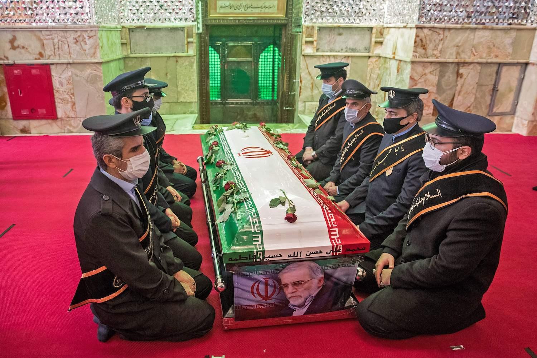 Pripadnici iranskih oružanih snaga tokom molitve oko kovčega ubijenog nuklearnog naučnika Mohsena Fahrizadeha na sahrani u Teheranu, 30. novembar 2020. (Foto: Hamed Malekpour/Tasnim News/AFP via Getty Images)