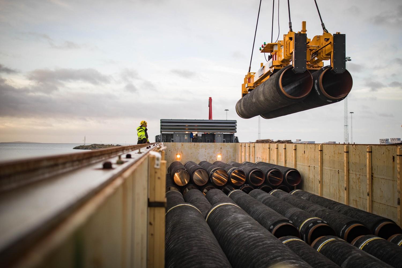 "Pretovar cevi za gasovod ""Severni tok 2"" u nemačkoj luci Mukran, 26. oktobar 2017. (Foto: Nord Stream 2/Axel Schmidt)"