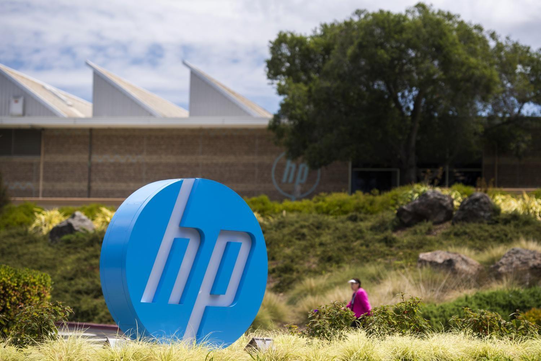 """Logo kompanije """"Hjulit-Pakard"""" (HP) na ulazu u sedište kompanije u Palo Altu u Kaliforniji (Foto: David Paul Morris/Bloomberg via Getty Images)"""