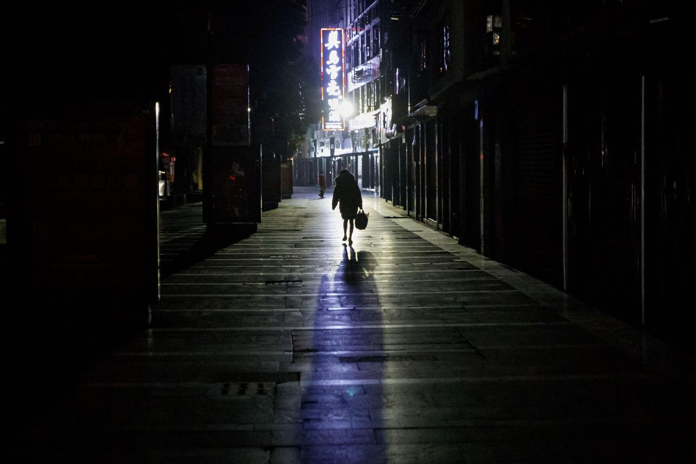 Žena šeta praznim ulicama Đuđanga (Đangsi) koji je pogođen koronavirusom, 01. februar 2020. (Foto: Reuters/Thomas Peter)