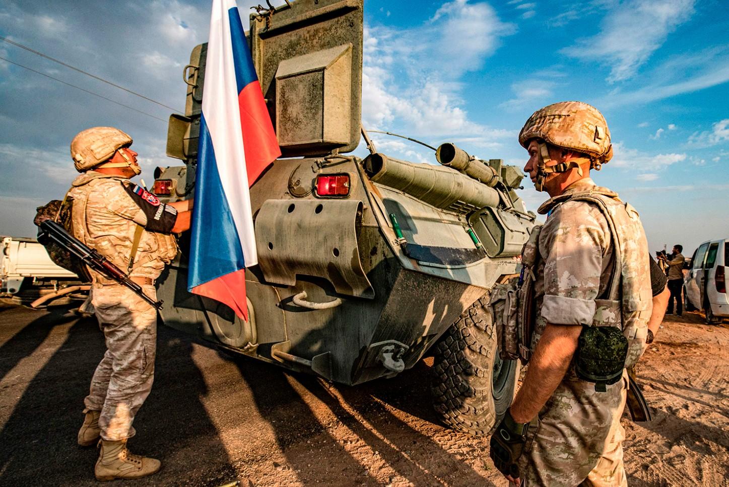 Pripadnici ruske vojne policije stoje u blizini oklopnog transportera u sirijskoj provinciji Hasaka, 24. oktobar 2019. (Foto: Delil Souleiman/AFP via Getty Images)