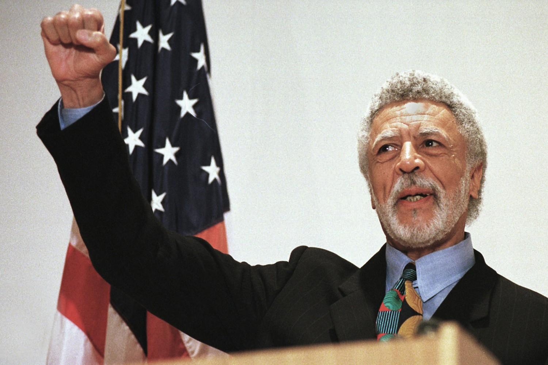 Demokratski kongresmen iz Kalifornije Ron Delams stisnutom pesnicom na konferenciji za medije najavljuje penzionisanje u Kongresu, Ouklend (Kalifornija), 17. novembar 1997. (Foto: AP Photo/Ben Margot)