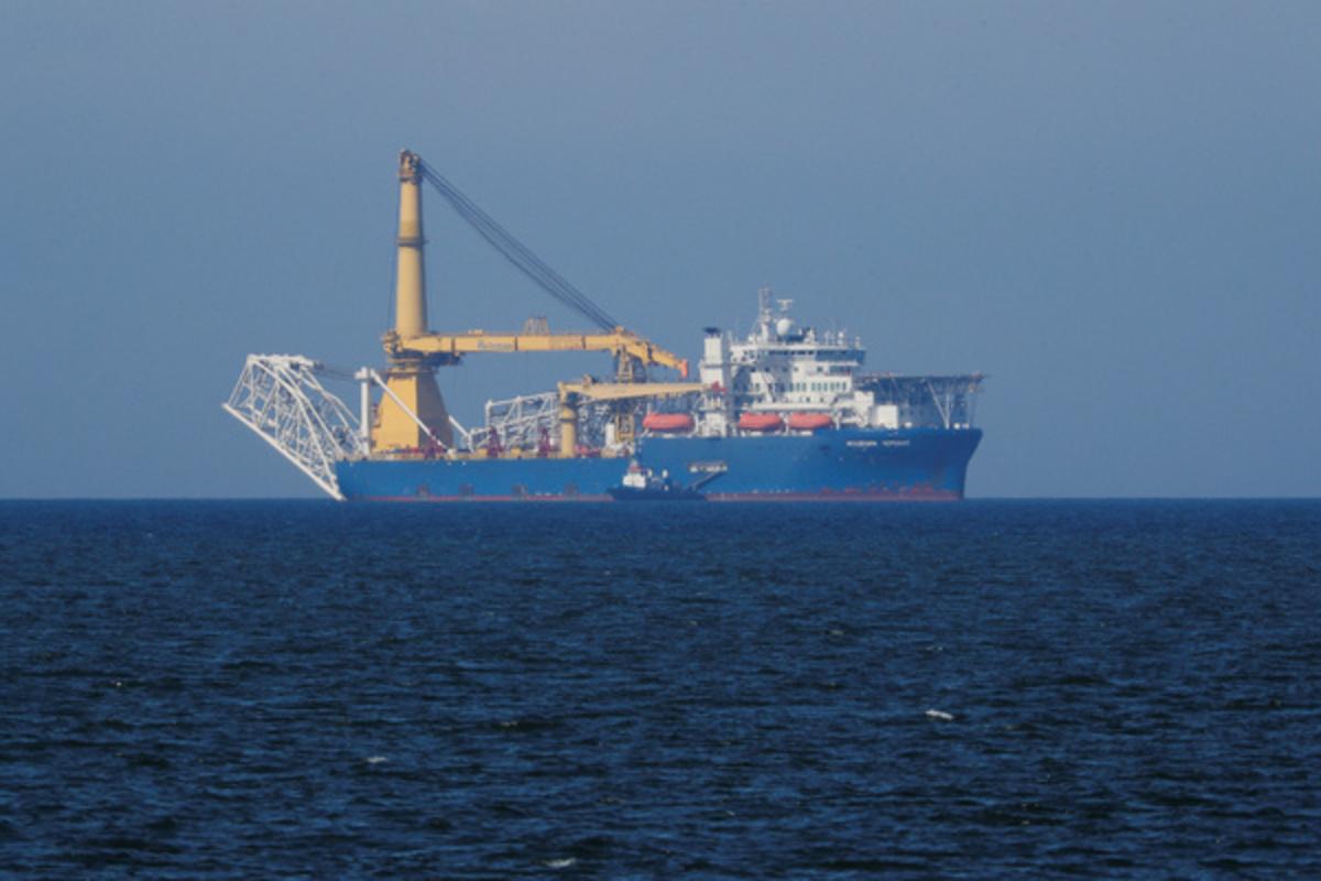 """Ruski brod za polaganje cevi za izgradnju gasovoda Severni tok 2 """"akademik Čerski"""" u blizini luke Baltijsk na Baltičkom moru (Foto: Vitaly Nevar/Reuters)"""