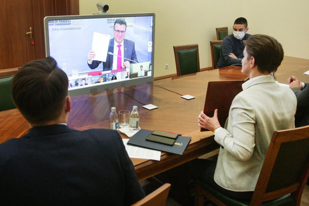Premijer Severne Makedonije Zoran Zaev i premijerka Srbije Ana Brnabić sa potpisanim dokumentima tokom onlajn sastanka u okviru Samita Berlinskog procesa u Sofiji, 10. novembar 2020. (Foto: Tanjug/Sava Radovanović)