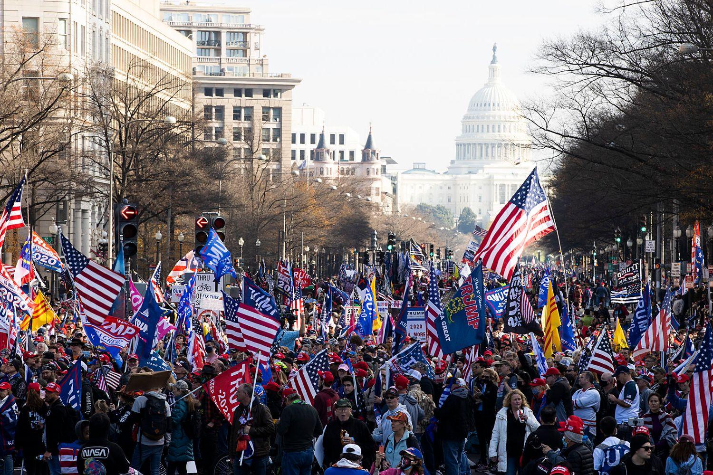 Pristalice Donalda Trampa tokom protesta zbog rezultata američkih predsedničkih izbora nedaleko od Bele kuće, Vašington, 12. decembar 2020. (Foto: Tasos Katopodis/Getty Images)