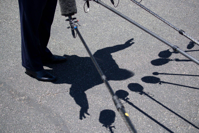 Senka američkog predsednika Donalda Trampa prilikom obraćanja medijima (Foto: Alex Brandon/AP Photo/Shutterstock)