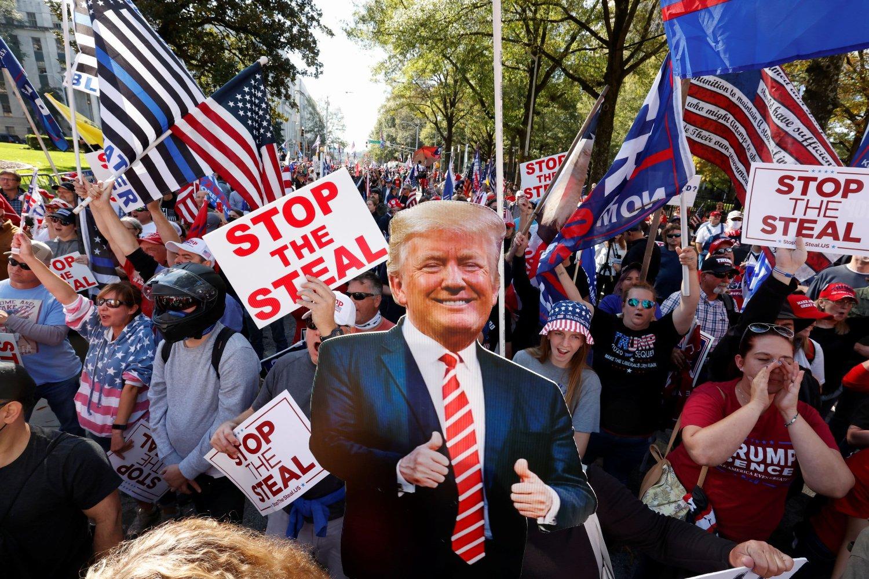 Pristalice Donalda Trampa sa njegovim kartonskim likom tokom protesta zbog rezultata američkih predsedničkih izbora, Atlanta (Džordžija), 21. novembar 2020. (Foto: Reuters/Chris Aluka Berry)