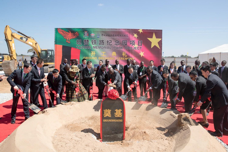 Prvi predsednik Zambije Kenet Kaunda sa kineskim gostima polaže temelj za izgradnju memorijalnog parka u Čongveu (Zambija), 13. maj 2019. (Foto: Xinhua/Peng Lijun)