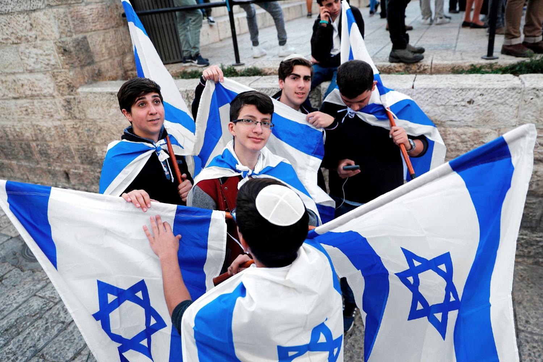 Младићи са заставама Израела током Дана Јерусалима у Старом граду, 12. мај 2018. (Фото: Thomas Coex/Agence France-Presse/Getty Images)