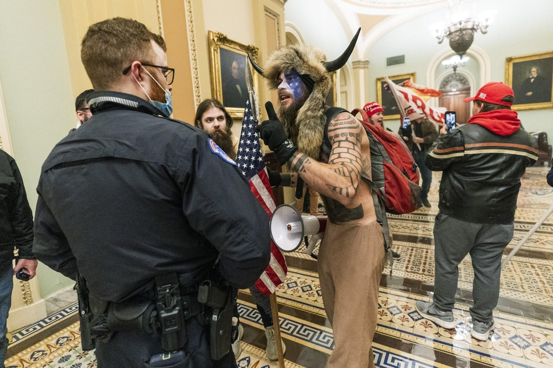 """""""Šaman QAnon-a"""" Džejk Andželi tokom rasprave i sukoba sa snagama bezbednosti prilikom upada u zgradu Kapitola, Vašington, 06. januar 2021. (Foto: AP Photo/Manuel Balce Ceneta)"""
