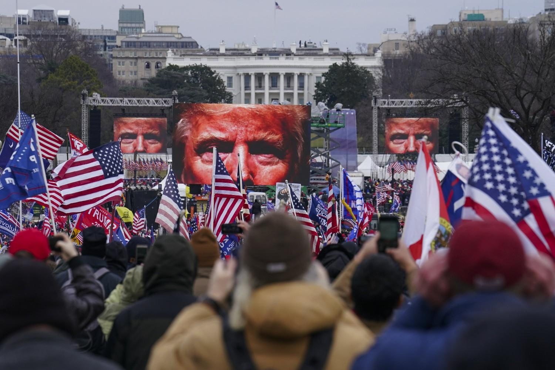 Trampove pristalice tokom skupa ispred Bele kuće, Vašington, 06. januar 2021. (Foto: AP Photo/John Minchillo)
