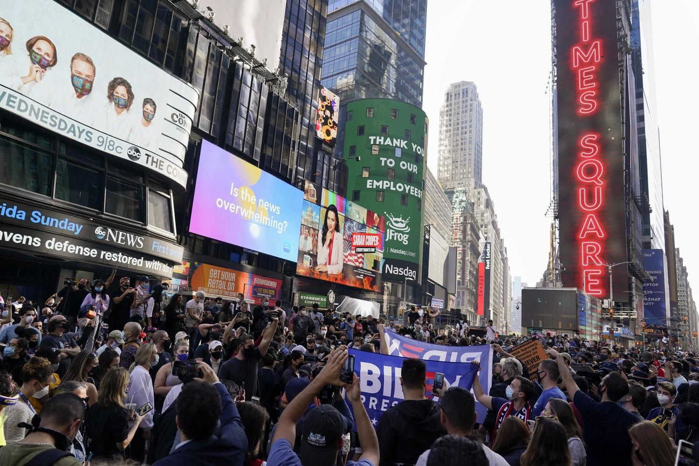 Bajdenove pristalice tokom slavlja zbog rezultata američkih predsedničkih izbora na Tajms skveru, Njujork, 07. novembar 2020. (Foto: AP Photo/Seth Wenig)