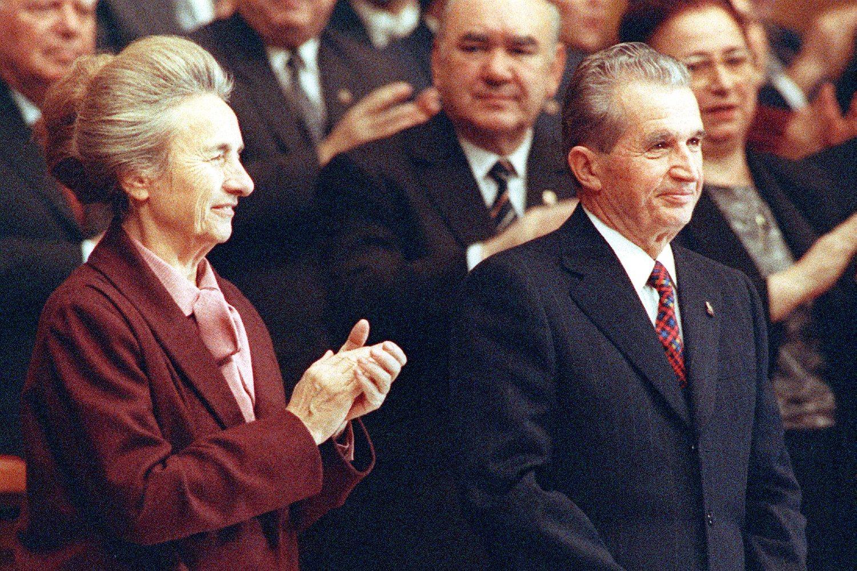 Predsednik Rumunije Nikolae Čaušesku sa svojom suprugom Elenom Čaušesku na poslednjoj sednici Rumunske komunističke partije, novembar 1989. (Foto: AP Photo)