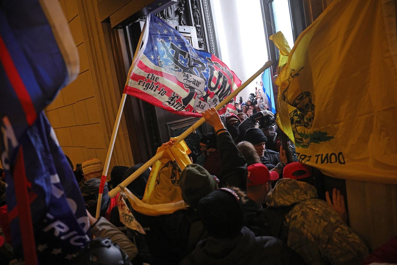Demonstranti sa američkim i drugim zastavama prilikom provaljivanja u zgradu američkog Kongresa, Vašington, 06. januar 2021. (Foto: Win McNamee/Getty Images)