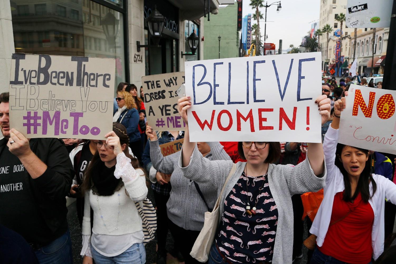 Demonstranti sa transparentima tokom protesta protiv seksualnog nasilja i uznemiravanja u okviru MeToo marša u holivudskom delu Los Anđelesa, 12. novembar 2017. (Foto: AP Photo/Damian Dovarganes)