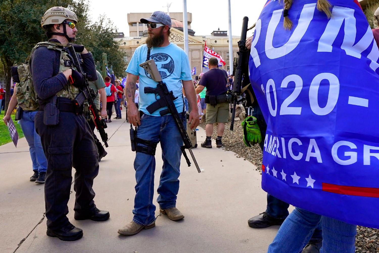 Naoružane Trampove pristalice tokom protesta zbog rezultata američkih predsedničkih izbora ispred Kapitola u Finiksu, 07. novembar 2020. (Foto: AP Photo/Matt York)