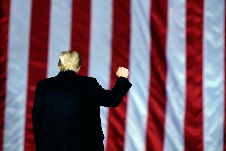 Američki predsednik Donald Tramp gestikulira stisnutom pesnicom tokom predizbornog skupa podrške republikanskim kandidatima za Senat iz Džordžije, Dalton, 04. januar 2021. (Foto: AP Photo/Brynn Anderson)