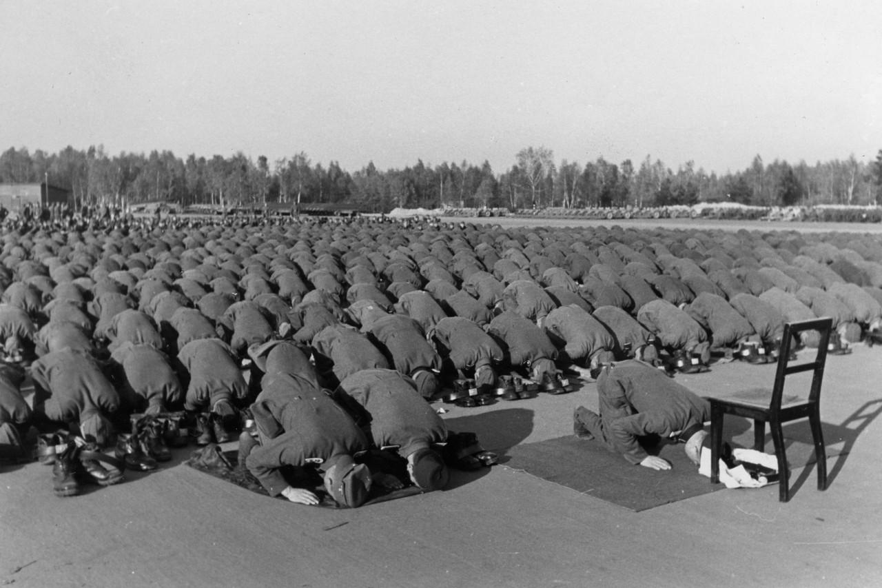 Pripadnici 13. SS Handžar divizije na molitvi tokom obuke u Nojhameru, novembar 1943. (Foto: Bundesarchiv, Bild 146-1977-137-20/Falkowski/CC-BY-SA 3.0)